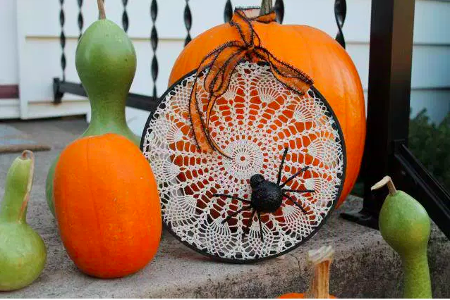 Easy Upcycled Halloween Craft: Spiderweb Wall Hanging