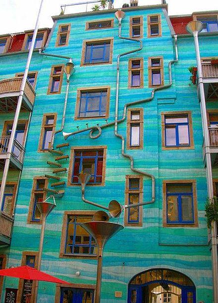 Um prédio que toca música quando chove. E mais 32 sacadas geniais de designers. Veja aqui http://estadodeminas.lugarcerto.com.br/app/noticia/noticias/2013/11/27/interna_noticias,47697/conheca-grandes-ideias-de-design-que-tornam-o-morar-uma-experiencia-me.shtml