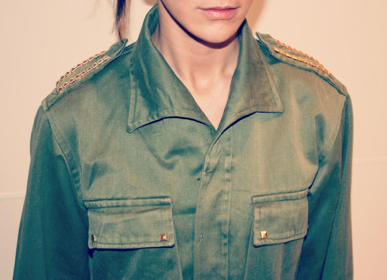 Cazadora vintage verde estilo militar con tachuelas doradas. €20,00, via Etsy.