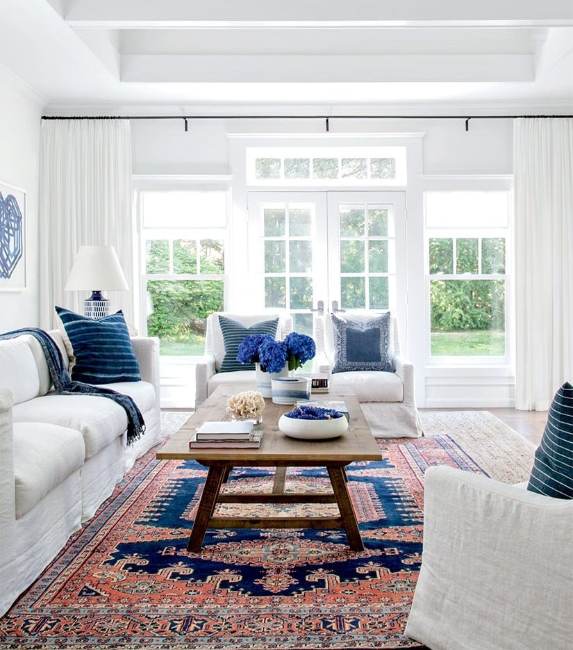 To Achieve An Inviting Transitional Look In This Hamptons Beach Home Interior Designe Farm House Living Room Modern Farmhouse Living Room Curtains Living Room