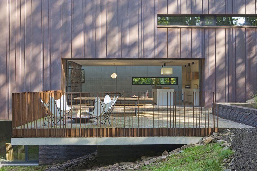 Sur un terrain boisé très raide, lu0027architecte liégeois Éric Grondal - maison sur terrain en pente