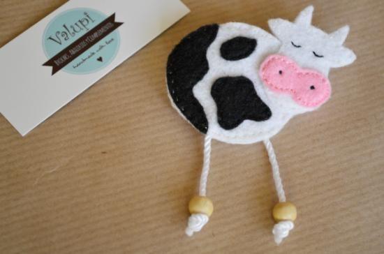 El broche está realizado en fieltro cosido con hilo de algodón fino. La patas están hechas con hilo de algodón grueso y cuentas de madera. Sin relleno.