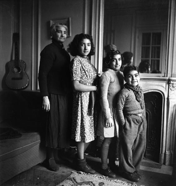 Emile savitry Mère de Django Reinhardt et les enfants de Joseph Reinhardt, chez Savitry, Paris c.1945