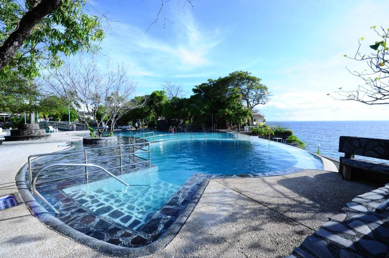12 incredible infinity pools around the philippines ph travel express philippines for Beach resort in bataan with swimming pool