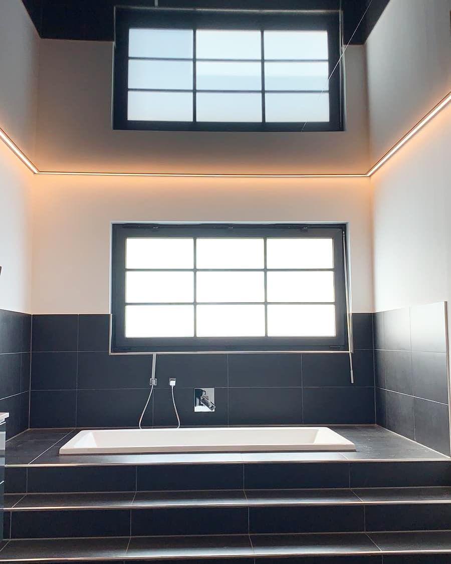 Plameco Spanndecke Schwarz Hochglanzend Mit Indirekter Beleuchtung Im Badezimmer In Gelsenkirchen Einfach Traumh Spanndecken Indirekte Beleuchtung Beleuchtung