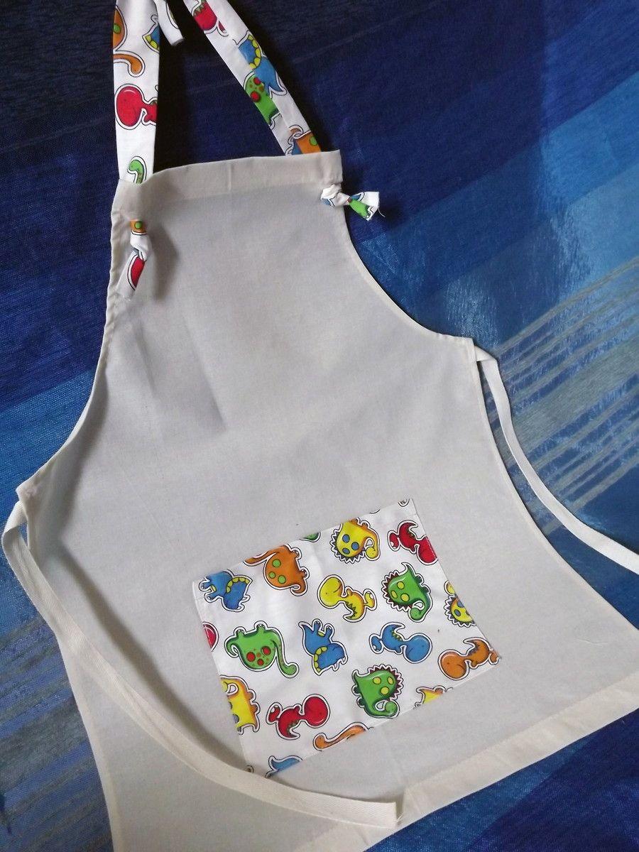 O kit inclui um lindo Avental Infantil em algodão cru, com bolso, e um chapéu de chef em algodão cru com faixa combinando com o tecido do bolso. Um presente super charmoso, que também serve de lembrancinha para a festa do seu filho!