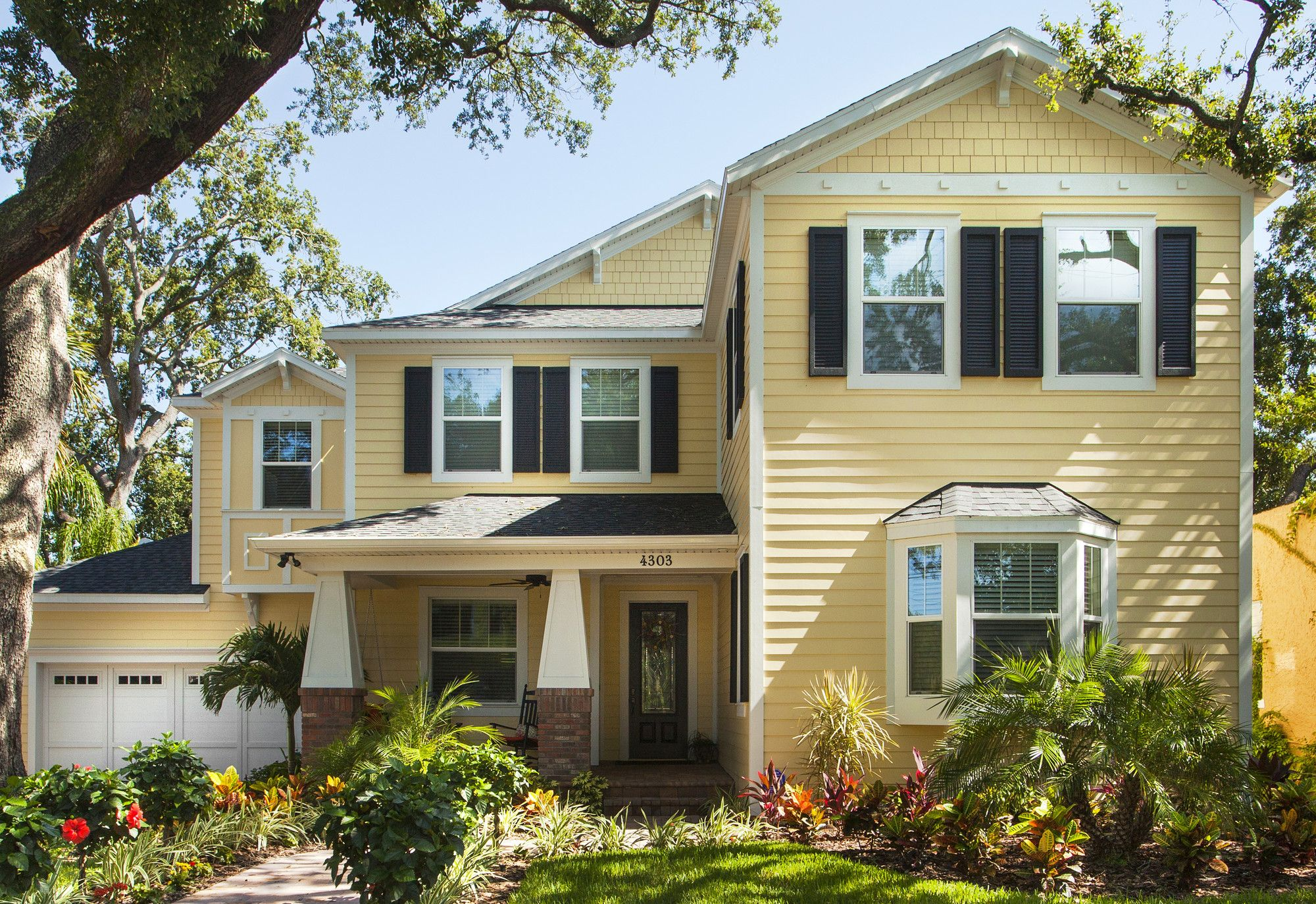 Gorgeous florida home using james hardie 39 s woodland cream for Hardiplank home designs