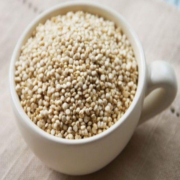 """Proteínas, fibra y minerales son apenas algunos de los beneficios que contiene la quinoa. Y a eso, le agrega la ausencia de gluten. Pero ese es sólo el comienzo de la nutrida lista de beneficios que nos brinda este alimento. 1. Está repleta de vitaminas y minerales La quinoa es un grano que se cultiva para utilizar sus semillas comestibles. Técnicamente no es un cereal, sino un """"seudo-cereal"""" (1).En otras palabras, es una semilla que se prepara y se consume de la misma manera que un cereal…"""