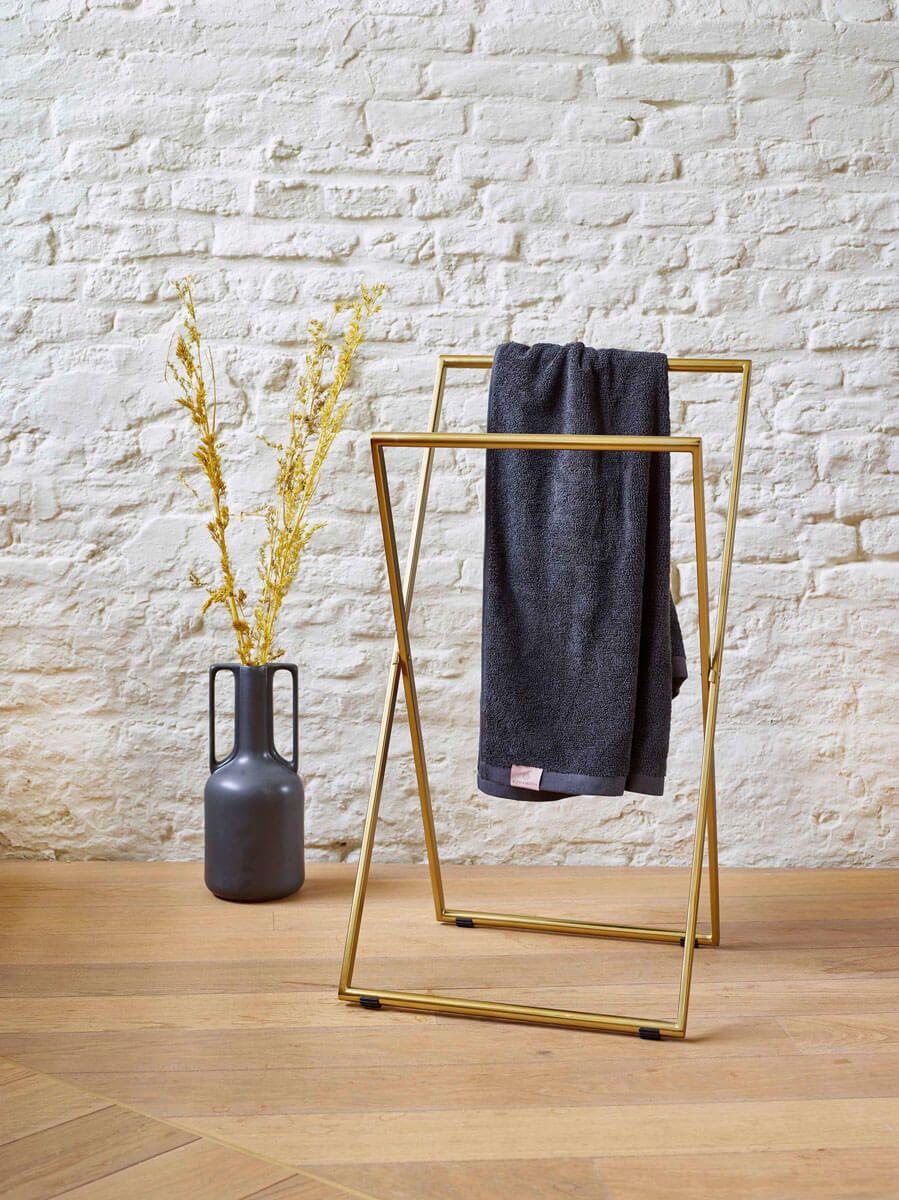 Pin auf Handtuchhalter stehend