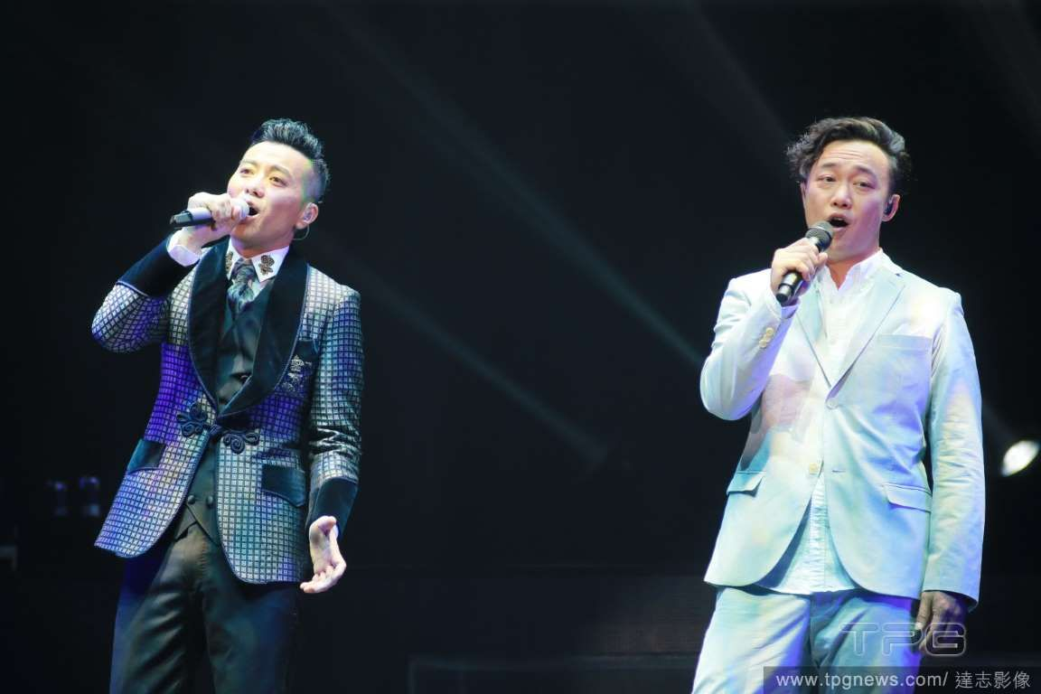 Edmond Leung and Eason Chan sing together  http://www.chinaentertainmentnews.com/2015/08/ekin-cheng-eason-chan-show-up-for.html