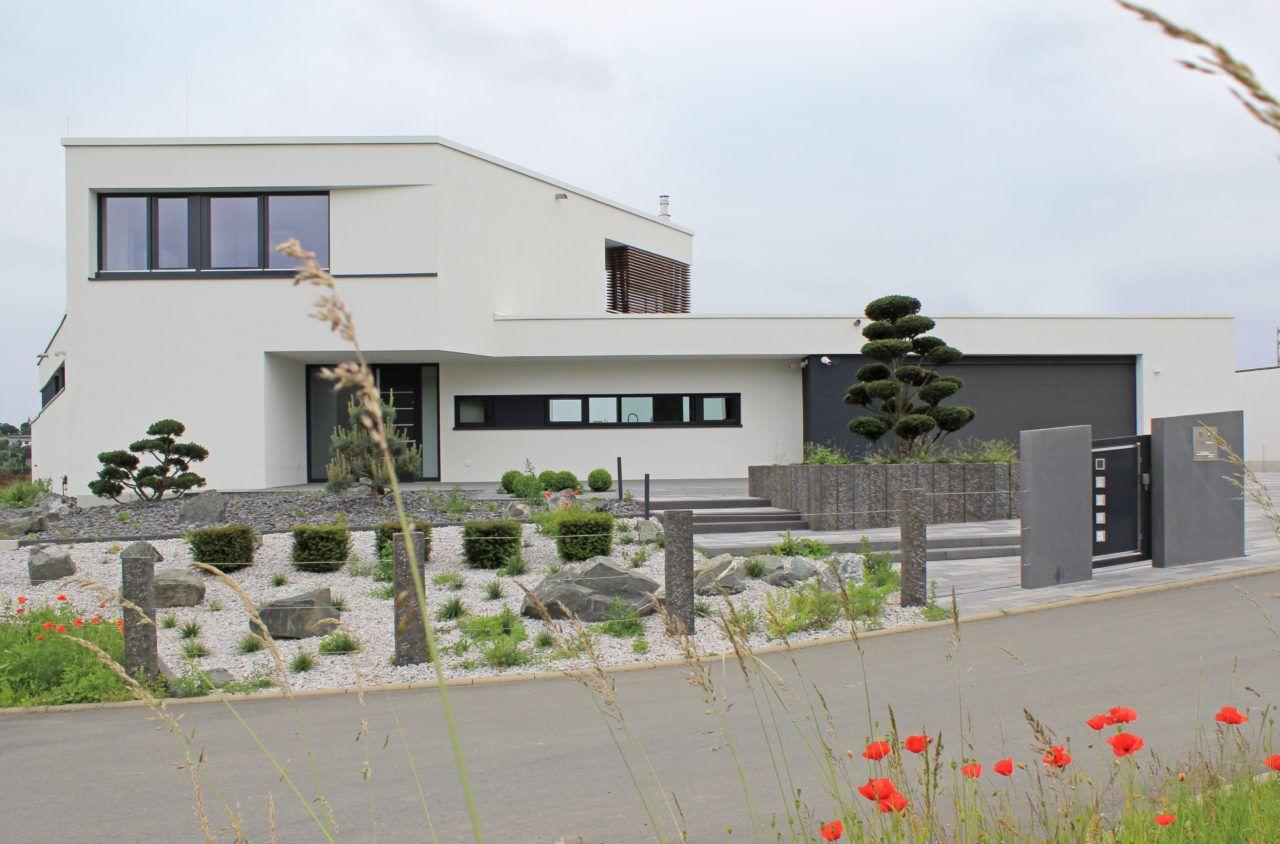 Bauhaus architektenhaus frontansicht mit japangarten