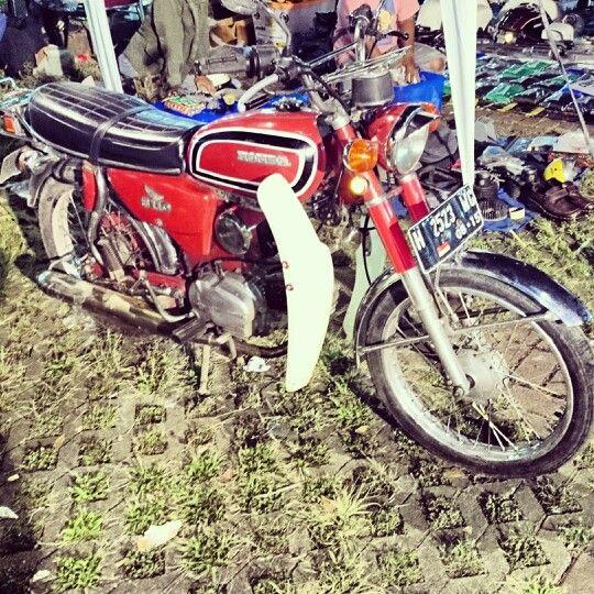 Old red bike honda #honda #vintage #oldbike #Jakarta #Indonesia #redbike #sexybike #espressoism #ontelcoffee #yamahaxs650