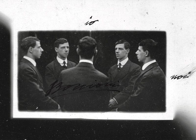 """Boccioni: """"L'autore si moltiplica"""". Umberto Boccioni moltiplica se stesso in cinque immagini simultanee, enunciando così anche un aspetto della sua oetica"""