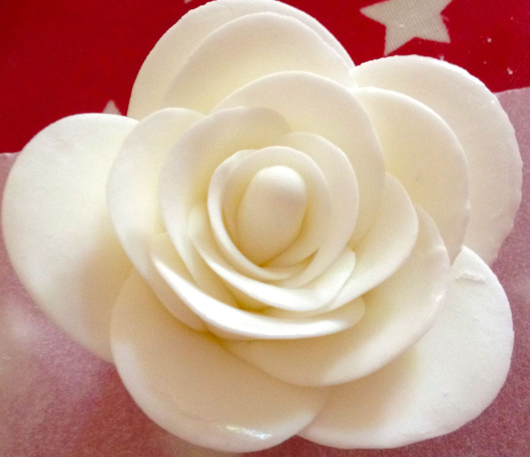 A simple white fondant flower cupcake decorating ideas pinterest a simple white fondant flower mightylinksfo