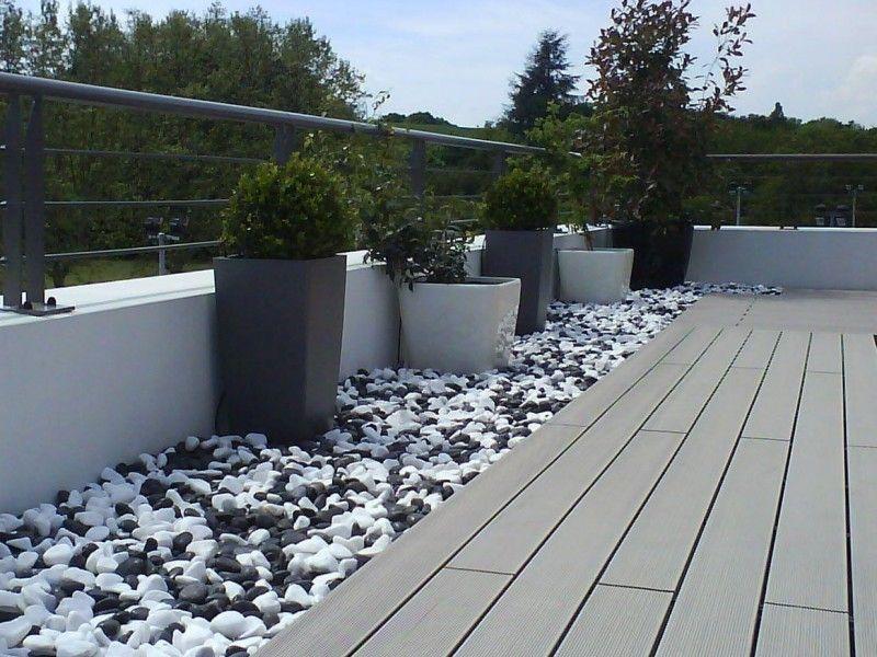 Bordure de galets blancs et noirs avec pot jardin - Terrasse galets blancs ...
