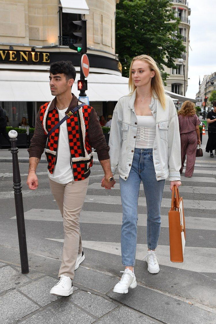 Sophie Turner And Joe Jonas Stop Off In Paris Before Their South Of France Wedding Famous Outfits Sophie Turner Joe Jonas Sophie Turner