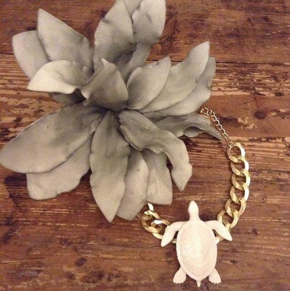 Cadena de oro con tortuga blanca y enorme flor por NEMOLATOHAYEK, €45.00