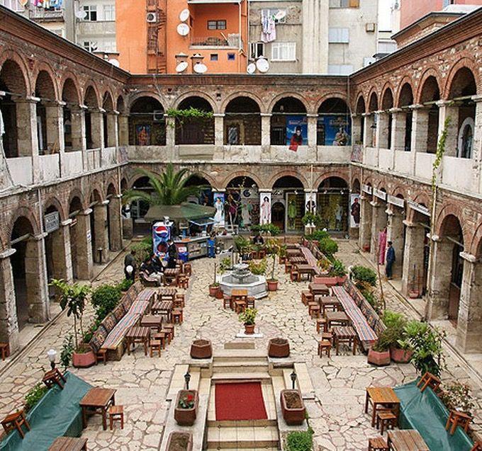 Çukurçeşme han/Laleli/İstanbul/// Taş Han veya Sipahiler Hanı veya Çukurçeşme Hanı; İstanbul Suri Laleli Fethi Bey Caddesine cepheli olarak Sultan III. Mustafa tarafından inşa edilmiştir. Kitabesi olmamakla birlikte Sultan III. Mustafa'nın yaptırtmış olduğu Laleli Camiinin Vakıf kayıtlarında bu hanın camiin vakfından olduğu ve ulufelerini almak için İstanbul'a gelen Sipahilerin kalmaları için yaptırıldığı yazılıdır.