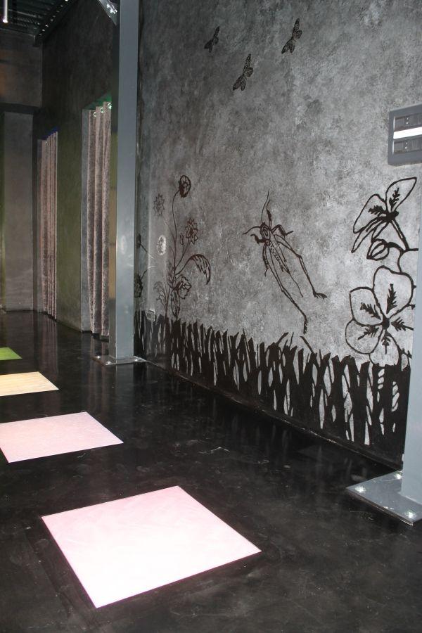 Pavimentazione con piastrelle rivestite in resina e parete realizzata in resina decorativa su - Piastrelle disegnate ...