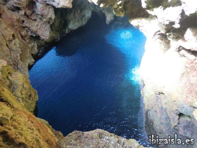 El Agujero Lleno De Agua Y La Luz Penetrando Por Debajo A Través Del Pasillo Lugares Hermosos Ibiza Playa