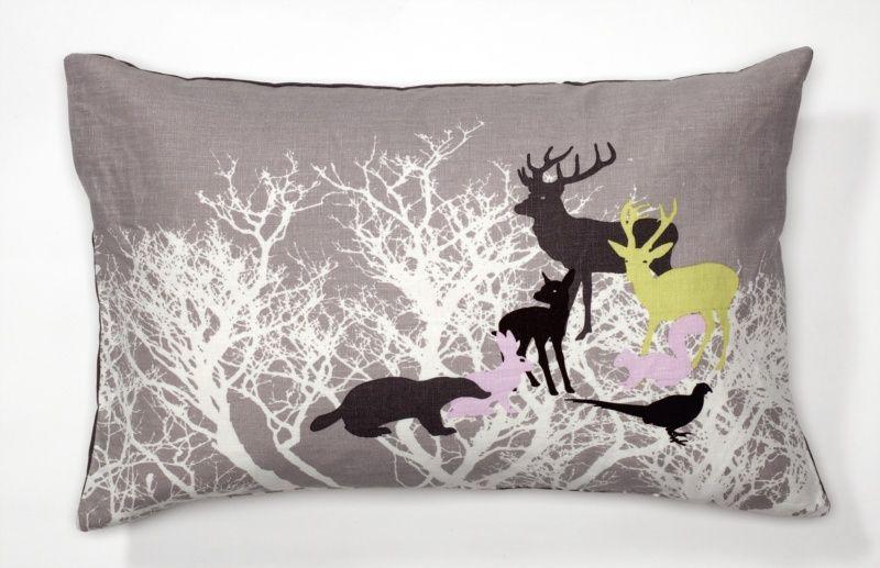 Kussen van schjerning met print met herten fazant en bomen