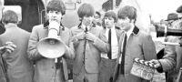 Subastarán en la Argentina uno de los trajes que John Lennon vistió en la comedia A Hard Day's Night (Anochecer de un día agitado)