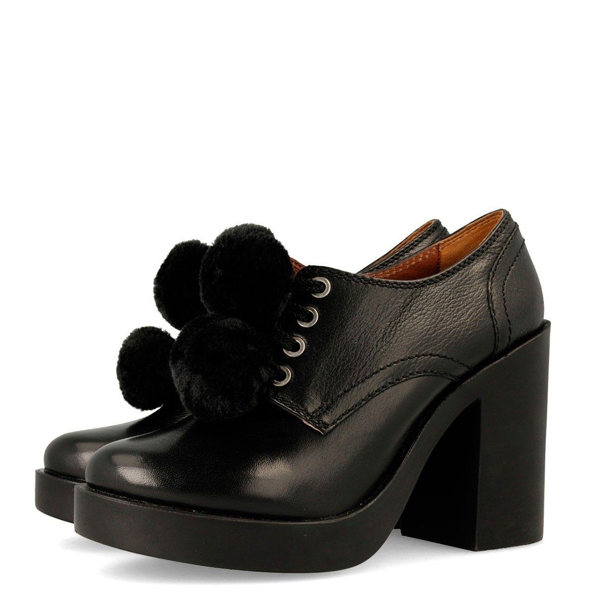 Mocasines de piel negra con tacón alto y detalles de pompones de pelo para  mujer 42105