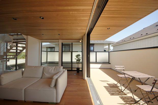 アウトサイドリビングが生み出す空間の広がり 家 浮いている家 家