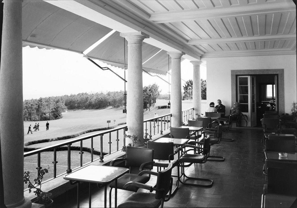 Varanda com vista para o campo de golfe. Fotografia sem data. Produzida durante a actividade do Estúdio Mário Novais: 1933-1983.  [CFT003 005166.ic]