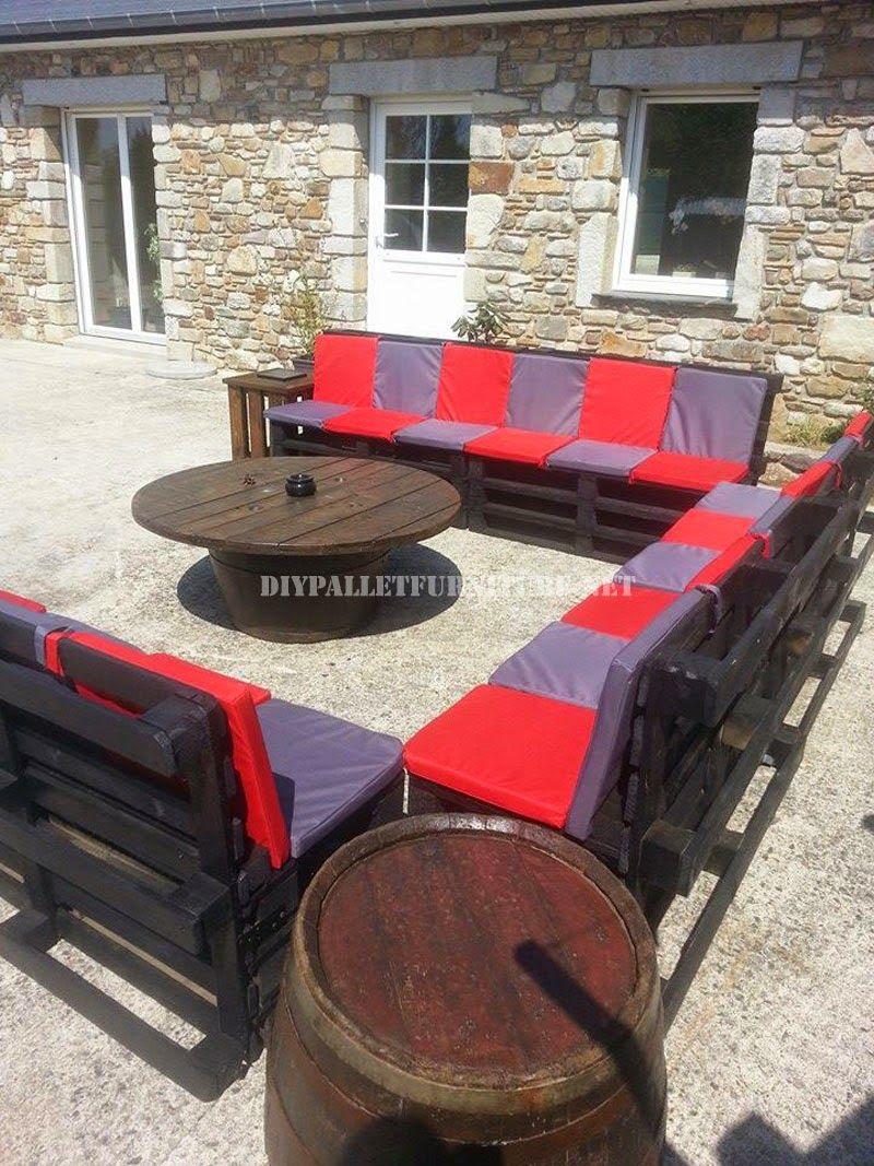 Muebles de palets set de sof s para el jard n con mesa de for Mesas de palets para jardin