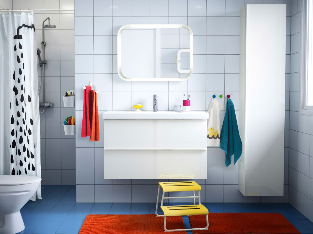 Ein Badezimmer Mit Weissen Fliesen Godmorgon Waschbeckenschrank