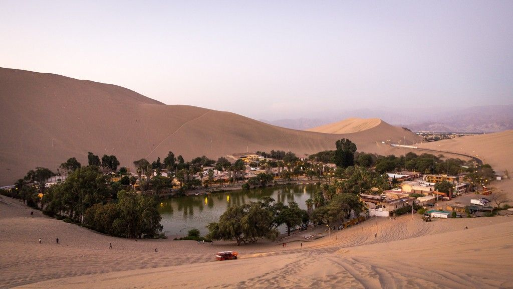 Huacachina é uma pequena aldeia situada bem ao meio do deserto no sudeste do Peru. Construída ao redor de uma lagoa, a cidade é um ponto bem visitado por turistas e locais, a cidade oferece diversas opções de atividades como standboard e passeios de buggy nas dunas da região.