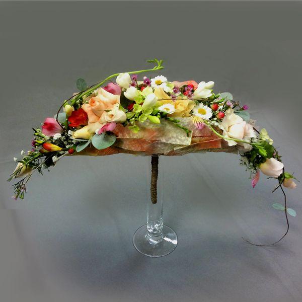codigo:594..........Descripción:Ramo de novia en forma de vaina.   Flores mixtas de aspecto silvestre