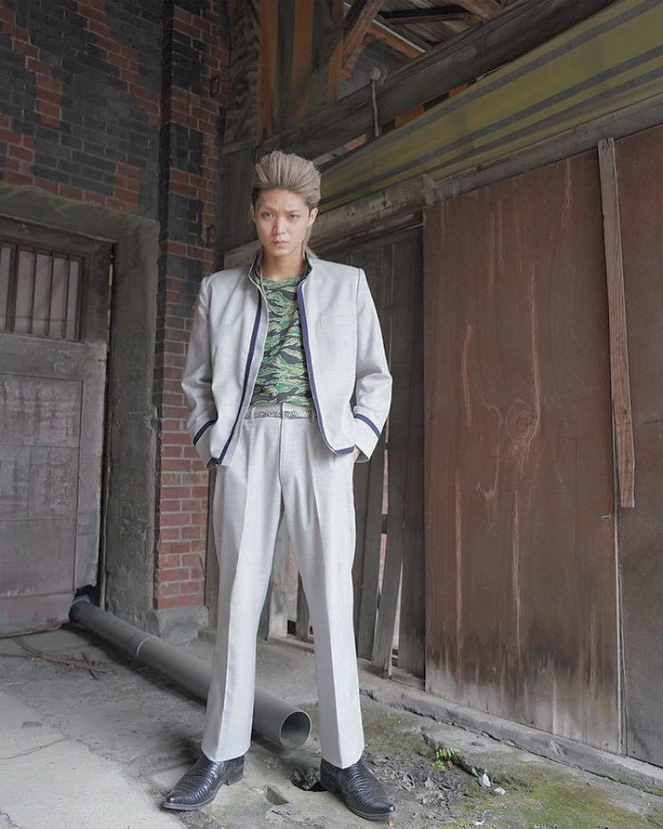 画像に含まれている可能性があるもの 1人 立ってる Pantsuit Normcore Style