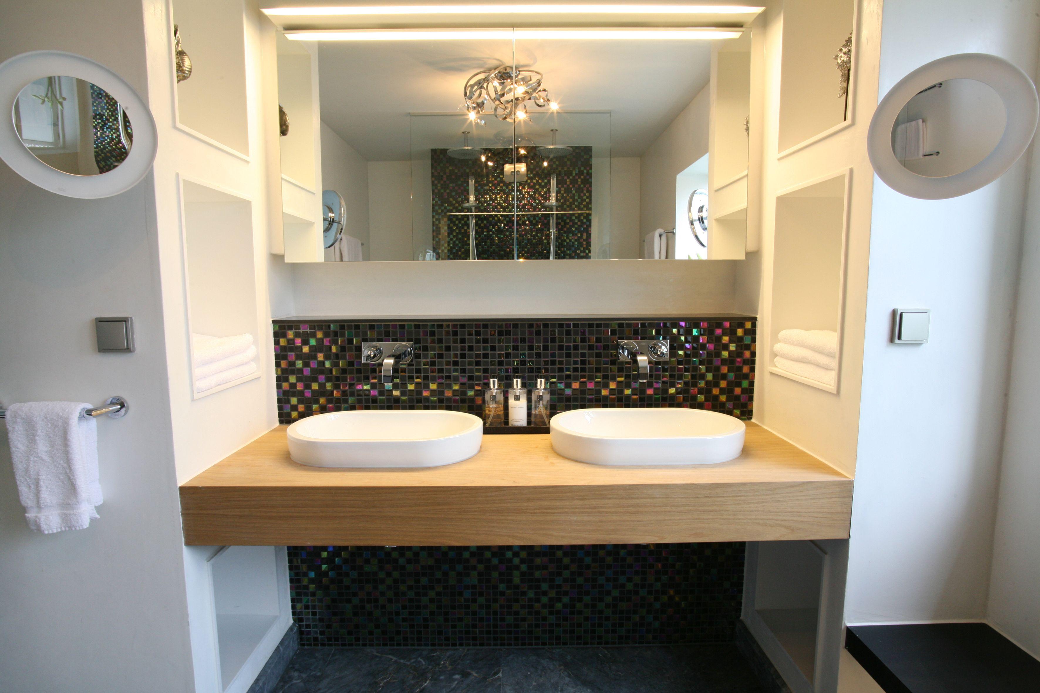 Waskommen op houten blad. Het wastafelblad in deze moderne badkamer ...