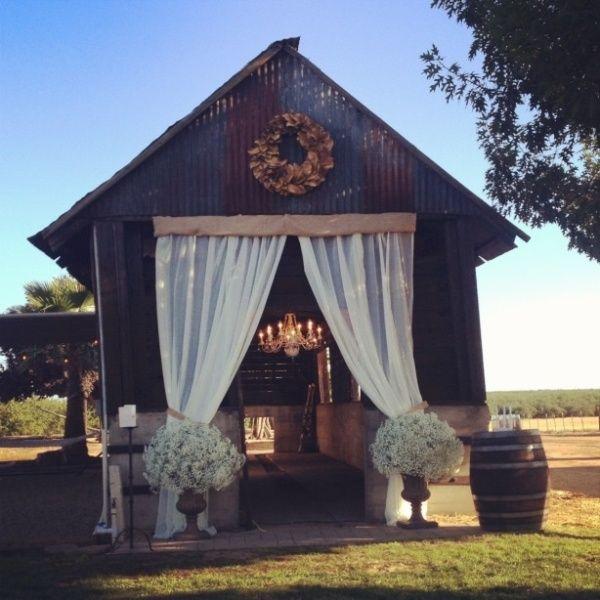 25 Inspiring Barn Wedding Exterior Decor Ideas Weddingomania Barn Wedding Decorations Southern Barn Wedding Barn Decor