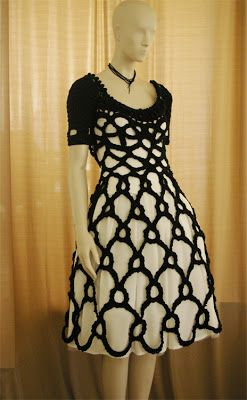 La cosa fue así: Recibo un e-mail de una chica llamada Melissa que me pedía si podía copiar un vestido que lleva Miranda Ricardson en la pel...
