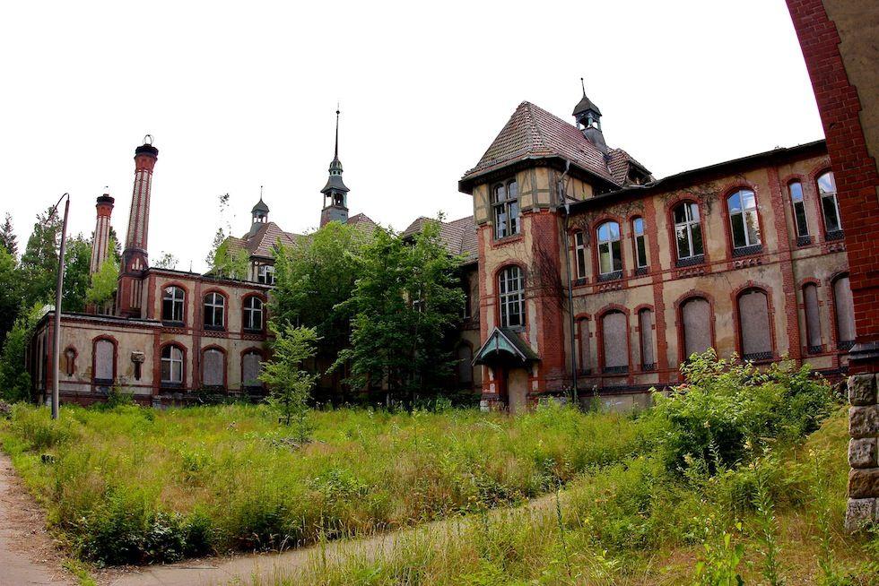 IlPost - Beelitz, Germania - Il complesso ospedaliero di Beelitz, costruito nel 1989, venne progettato dell'architetto Heino Schmieden. Originariamente doveva essere un sanatorio, ma con l'inizio della Prima Guerra Mondiale fu trasformato in un ospedale militare dell'esercito tedesco. Nel 1945 fu occupato dalle forze armate sovietiche, e fu trasformato in un ospedale militare russo. Dopo avere ospitato alcuni centri riabilitativi e di ricerca per la malattia del Parkinson, fu abbandonato nel…