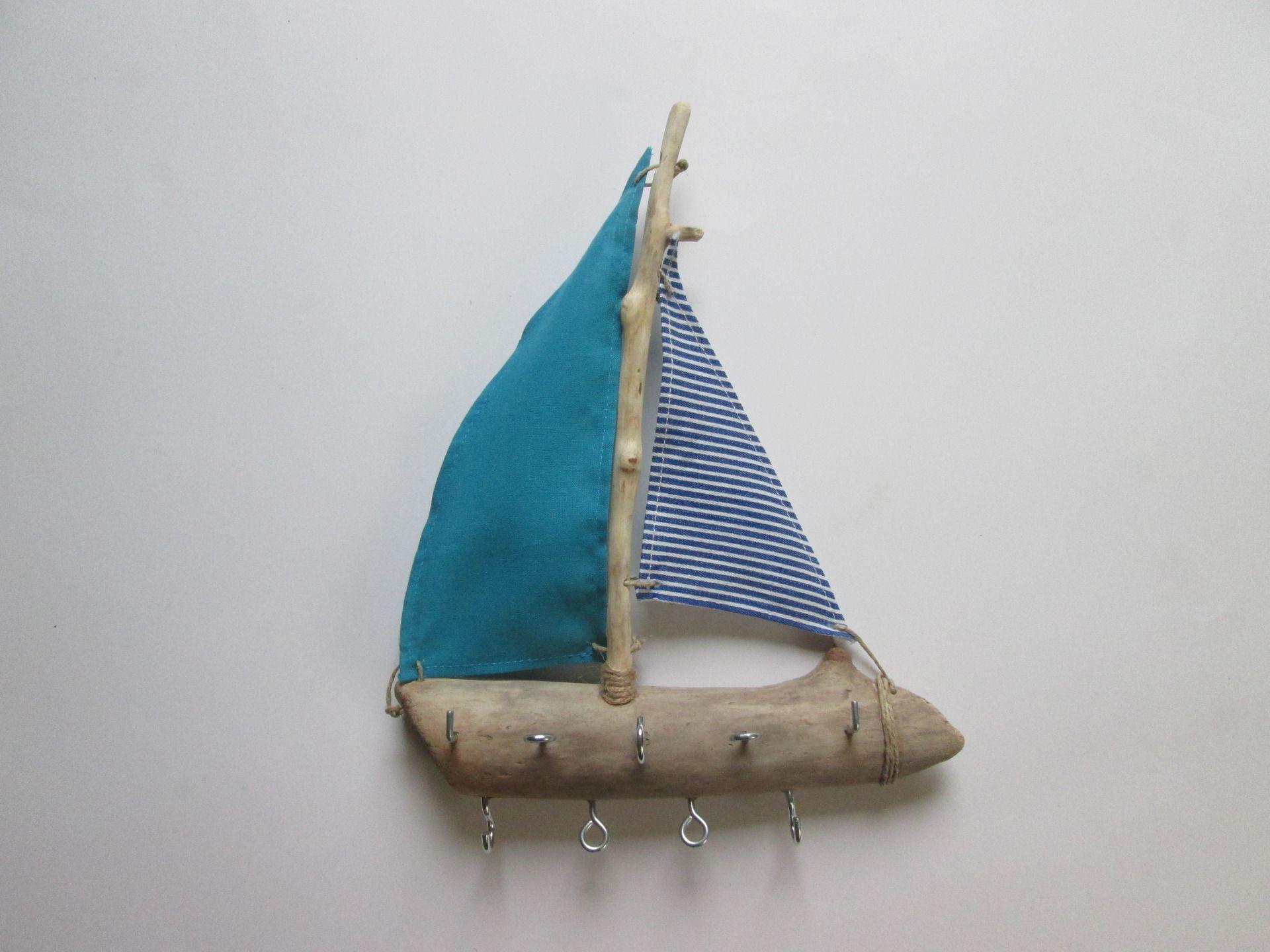 Porte bijoux petit bateau bois flott avec voiles bleu for Accessoires deco bleu canard
