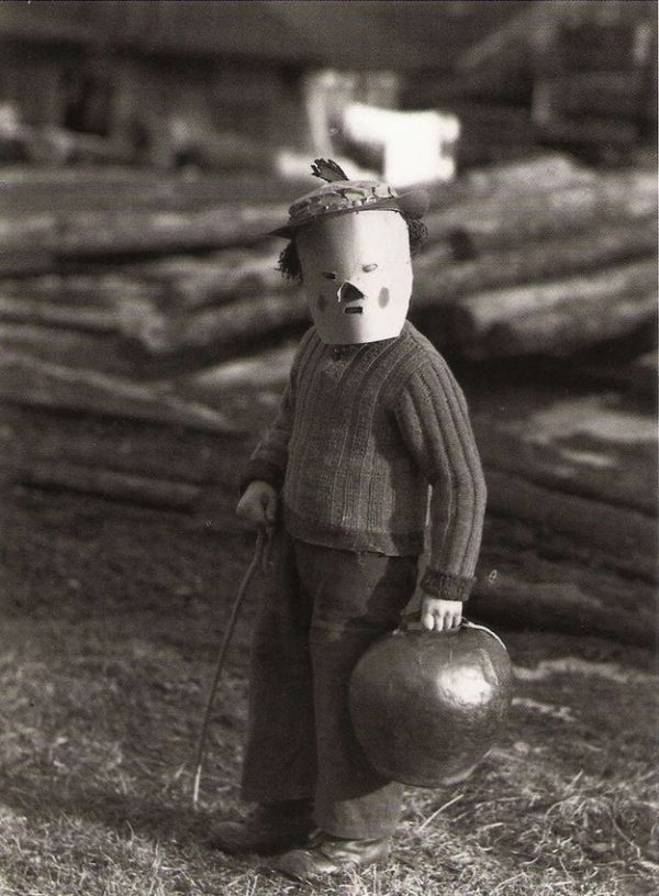 halloween 16 Old school halloween costumes that were truly terrifying (20 Photos)