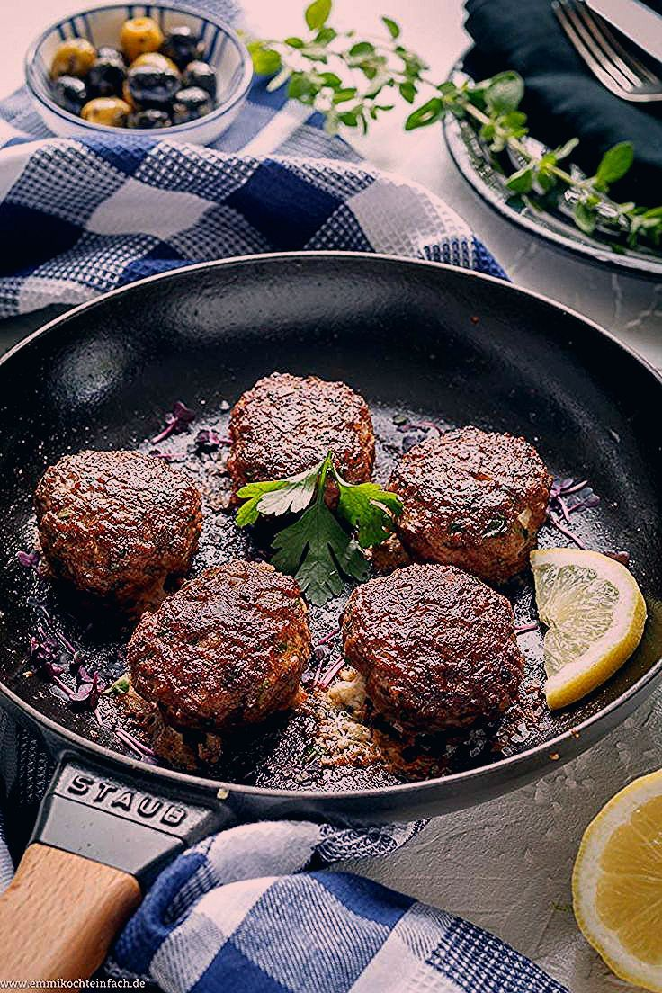 Bifteki - Griechische Frikadellen gefüllt mit Schafskäse | Das einfache Rezept aus der Pfanne. Sie sind in nur 30 Minuten fertig und ich esse am liebsten einen knackigen Salat dazu | #bifteki #griechisch #hackfleischbällchen #frikadellen #hackbällchen #hackfleisch #feta #lowcarb #lowcarbrezepte #rezept #einfachkochen | emmikochteinfach.de #potatowedgesselbermachen