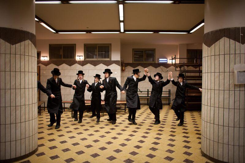 Ebrei ultraortodossi in una sinagoga di Bnei Brak, in Israele.