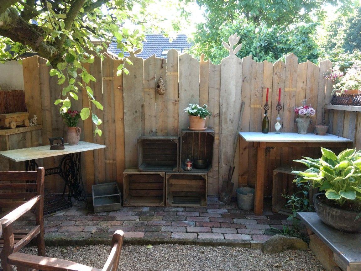 unsere trennwand zum nachbarn - gebaut aus alten holzbohlen