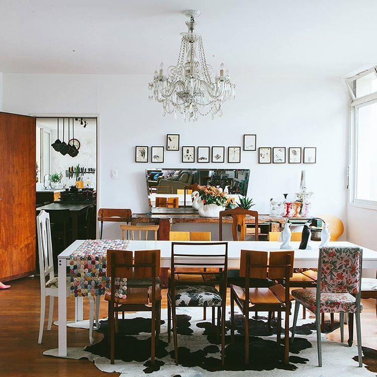 nada como uma mesa de jantar grandona para acomodar a família toda, né??? se as cadeiras forem assim descombinadas, melhor ainda -- taí uma tendência que a gente vai amar pra sempre, hehe ♥ veja no blog o espaço completo + receita de torta de camarão com maçã verde! hummm... #decoração #saladejantar #todacasatemumahistoria  foto: @lflorenzano