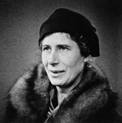 Inge Lehmann (13 de mayo de 1888 - 21 de febrero de 1993) fue una sismóloga danesa. Después de Oldham y Gutenberg, pudo deducir que el núcleo terrestre tiene una parte sólida en el interior del núcleo líquido; el límite entre los núcleos sólido y líquido se denomina discontinuidad de Lehmann en su honor. Además, Lehmann le puso el nombre a muchas de las fases sísmicas que se encuentran por el interior de la Tierra.