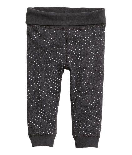 CONSCIOUS. En bukse i myk, økologisk bomullstrikot. Buksen har nedbrettbar vrangbord i midjen og vrangbord nederst på bena.