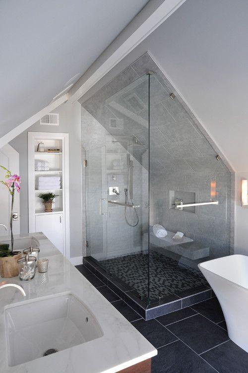 Trotz Dachschräge konnte in diesem Badezimmer ein einladendes Wellnessbad realisiert werden #darkflooring