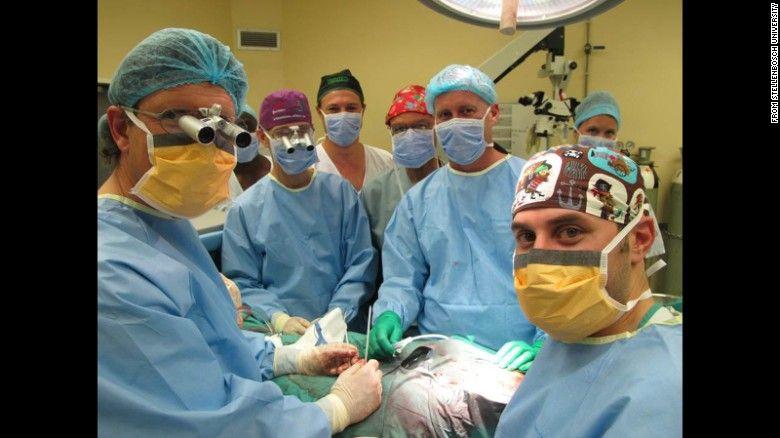 16 marzo 2015 06:42 PM ET Médicos realizan con éxito el primer trasplante de pene Por Joseph Netto  (CNN) - Médicos sudafricanos realizaron lo que califican como la primera operación exitosa de trasplante de pene.