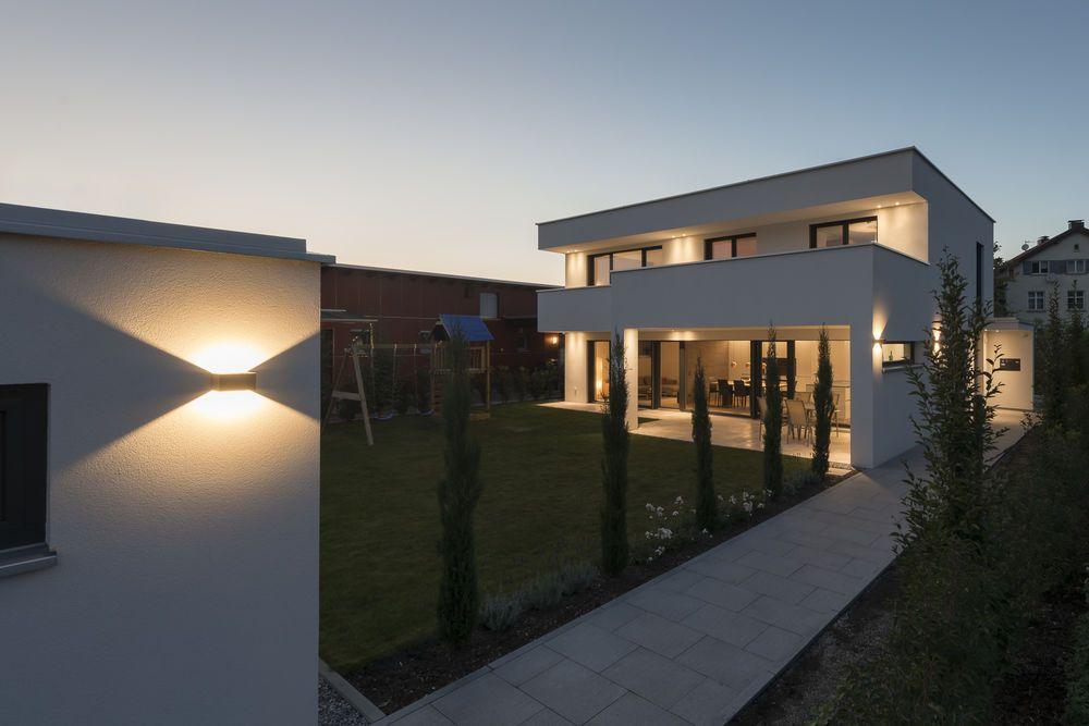 Einfamilienhaus flachdach berdachte terrasse massivbau modern design moderne arc - Moderne architektur hanghaus ...