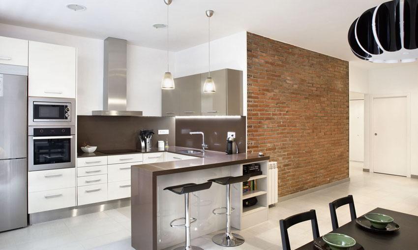 Cocina con pared de ladrillo y barra con horno y microondas en ...